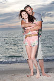 Paare genießen Sommertag am Strand. Stockfotos
