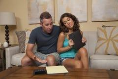 Paare gestört über Budget und Rechnungen Lizenzfreie Stockfotos