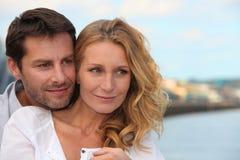 Paare gestanden auf Promenade Stockfotos