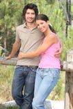 Paare gestanden in forrest lizenzfreie stockbilder