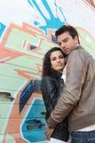 Paare gestanden vor einer Wand Stockfotografie