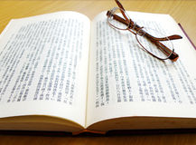 Paare Gläser auf chinesischem Buch Lizenzfreies Stockbild