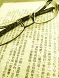 Paare Gläser auf chinesischem Buch Stockfotografie