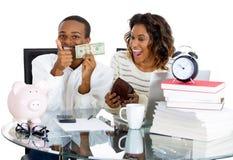 Paare glücklich an ihren Einsparungen Lizenzfreie Stockfotos