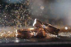 Paare Goldhochzeitsringe Stockbild