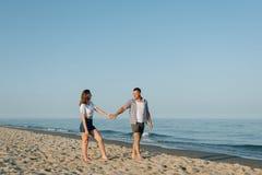 Paare, Händchenhalten, Wege auf dem Strand Stockbild