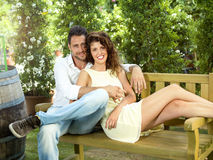 Paare haben Spaß in einem Gewächshaus lizenzfreie stockfotografie