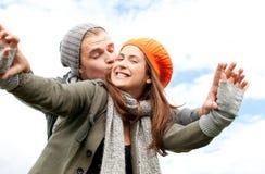 Paare haben Spaß im Herbst stockbild