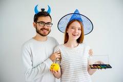 Paare in Halloween-Kostümen lizenzfreie stockbilder