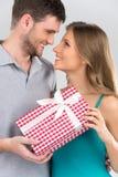 Paare halten vorhanden, einander betrachtend Stockfotografie