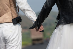 Paare Hand in Hand Lizenzfreie Stockbilder