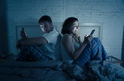 Paare am Handy spät nachts in der Sucht des Sozialen Netzes und in den inländischen Problemen des Verhältnisses stockbilder