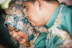 Paare am Hochzeitstag lizenzfreie stockbilder
