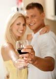 Paare in ihrer Küche Stockbild