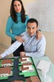Paare im Architektenunternehmen Stockbilder