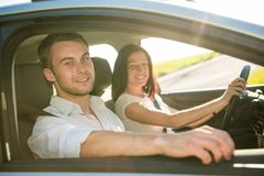 Paare im Auto Lizenzfreie Stockbilder