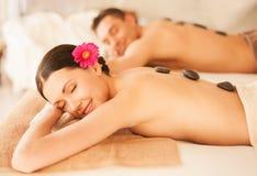 Paare im Badekurort mit heißen Steinen lizenzfreies stockfoto