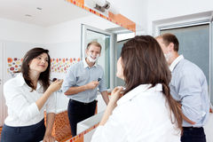 Paare im Badezimmer, das zur Arbeit fertig wird Lizenzfreie Stockfotos
