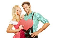 Paare im Bayern mit rotem Herzen Stockfoto