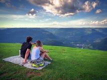 Paare im Berg Stockfotos