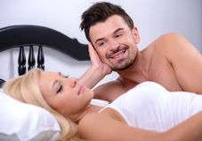 Paare im Bett Stockfotos