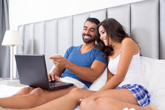 Paare im Bett Stockbilder