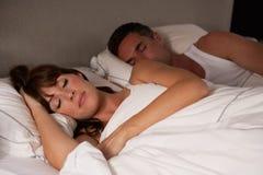 Paare im Bett schlafend stockbilder