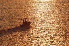 Paare im Boot am Sonnenuntergang Lizenzfreies Stockfoto