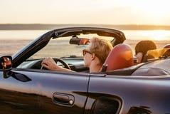 Paare im Cabriolet Stockfoto