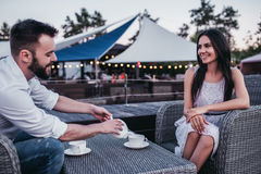 Paare im Café draußen stockbild