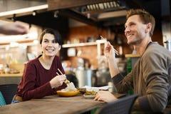 Paare im chinesischen Restaurant stockfotos