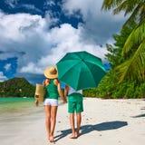 Paare im Grün auf einem Strand bei Seychellen Stockfotografie