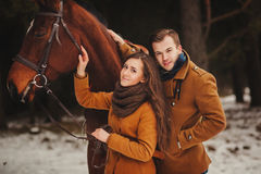Paare im hellen Mantel lizenzfreie stockfotografie