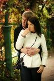 Paare im Herbstgarten Stockfotos