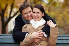 Paare im Herbstpark Lizenzfreies Stockfoto