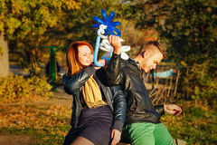 Paare im Herbstpark Stockfoto