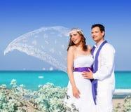 Paare im Hochzeitstag auf Strandmeer Stockfoto