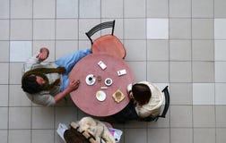 Paare im Kaffee Stockfotos