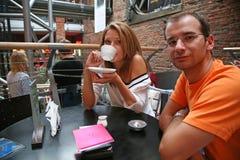 Paare im Kaffee lizenzfreie stockfotos
