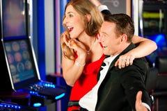 Paare im Kasino Stockfotos