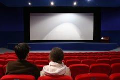 Paare im Kino stockbild