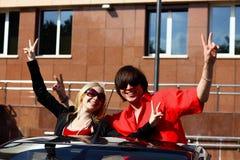 Paare im konvertierbaren Auto Lizenzfreie Stockbilder