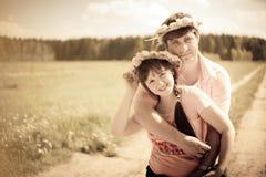 Paare im Löwenzahn Wreath Stockfotos