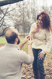 Paare im Liebesheiratantrag Stockfoto