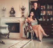 Paare im Luxushaus lizenzfreie stockfotografie
