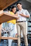 Paare im Möbelgeschäft, das Gläser wählt Stockbilder