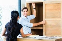 Paare im Möbelgeschäft, das Material wählt Stockfotos