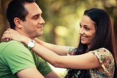 Paare im Park stockbilder