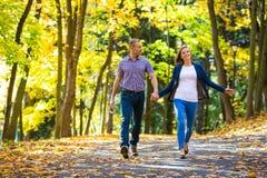 Paare im Park Lizenzfreie Stockfotos