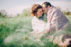 Paare im Plaid auf einem Picknick in der Sommerwiese Stockbilder